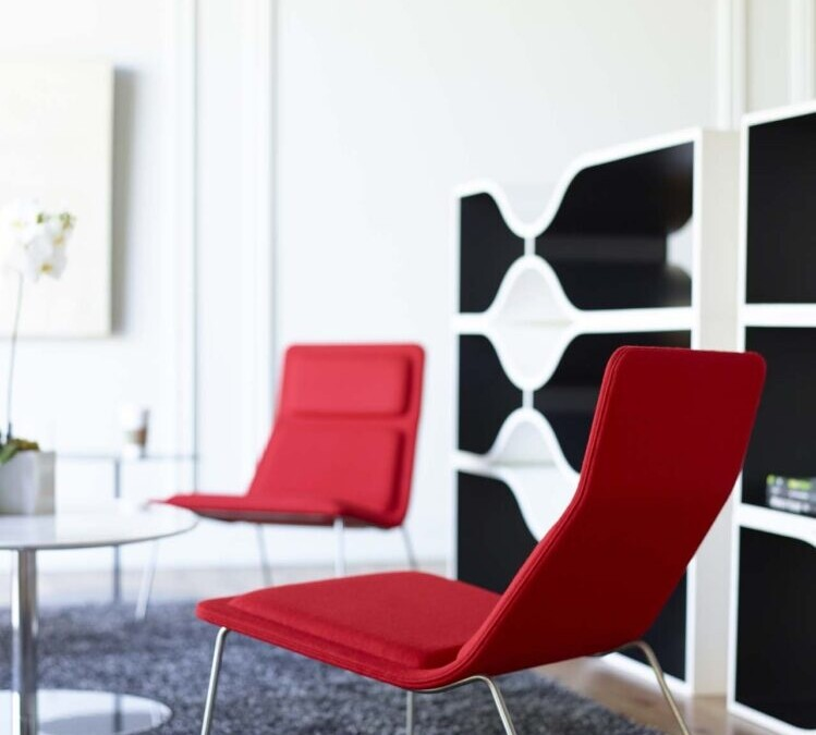 Low Pad chairs with a Collaborate table and NC-B Resonate storage.